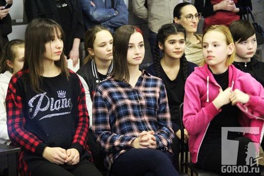 Аделина Чибизова (в центре) на обсуждении фильма