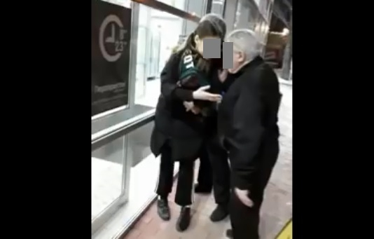 Гараже девку молодая девушка дала охраннику девки
