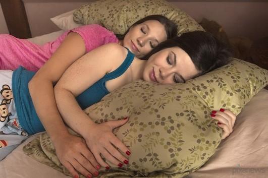подруга в постели фото
