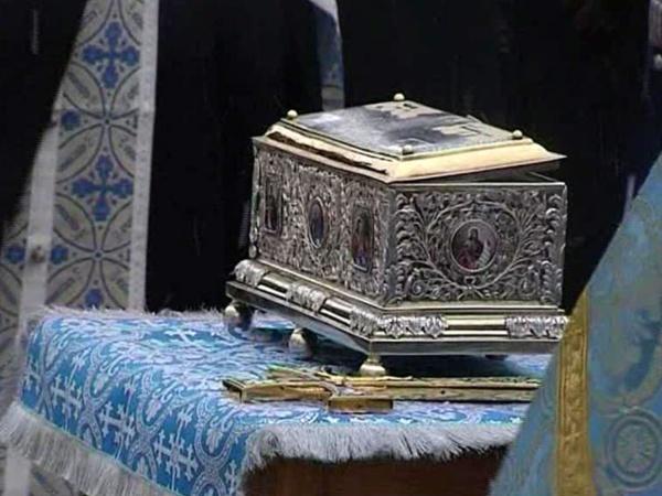 В Самаре верующие приходят в Покровский кафедральный собор,